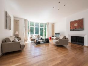 Quartier du Vert Chasseur, dans un clos priv, villa quatre faades de 280 m construite par l'architecte Marc Corbiau.La maison dispose de trs beaux vol