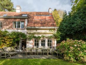 Idalement situe dans le quartier du Prince d'Orange, dans une rue calme et arbore, belle maison d'une superficie de 200 m sur trois faades bnficiant d