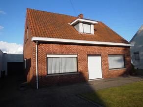 Woning op ca. 7are72 (HOB) + garage en werkplaats in de tuin.<br /> Indeling: inkom, living, keuken, veranda, badkamer, toilet, 1 slaapkamer beneden e