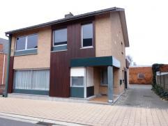 Woning (ex-kantoorpand) met parking en magazijn ca 135m² met verdiep. Indeling: inkom, living, bureel, nieuw ingerichte keuken, achterinkom, kel