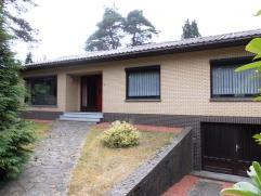 In rustige villawijk gelegen, gelijkvloerse woning op 11a28ca.  Indeling: inkom en nachthal, living, keuken, badkamer, 3 slaapkamers, garage, CV-kel