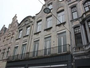3 zeer ruime casco-appartementen (1ste-2de en 3de verdieping) achter de prachtige gevel van een authentiek gebouw, gelegen in het commerciële har