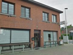 Handelspand met appartement op commercieel zeer gunstige locatie in Nijlen. Het gelijkvloers omvat een ruim handelspand (voormalige krantenwinkel en k