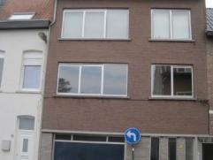Zeer licht en centraal gelegen appartement op de eerste verdieping. Het bevindt zich in een rustige straat, doch in de stadskern van Lier. Op wandelaf