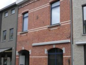 Zeer ruime gezinswoning met tuin in het centrum van Herenthout. De woning omvat een inkomhall, een ruime berging, een bureauruimte, een apart toilet,