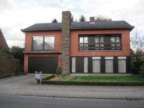 Zeer aangename, verzorgde en instapklare woning in open bebouwing met een perceeloppervlakte van 688 m². Er werd gebruik gemaakt van kwalitatief