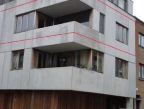 Dit recent en zeer licht appartement op de 2de verdieping (° 2009) van een gebouw met 3 appartementen, vindt u op enkele stappen van het station e