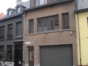 Volledig gerenoveerd en instapklaar duplex appartement op de tweede verdieping van een kleinschalig appartementsblokje. Geschilderd en voorzien van sp