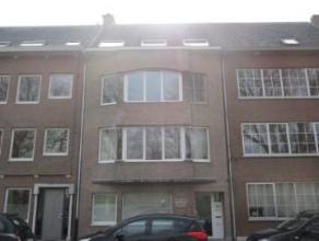 Instapklaar dakappartement op de derde verdieping van een kleinschalig appartementsblokje. Indeling: Leefkamer met half open geïnstalleerde keuke