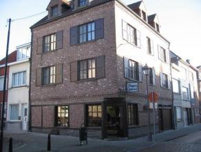 Gelegen in het commerciële centrum van Lier, bieden we 3 appartementen en 1 handelsgelijkvloers te koop aan. Het gelijkvloers (115 m²) besta