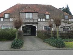 Deze in 1991 gebouwde villawoning biedt bijzonder veel ruimte en aandacht voor lichtinval. De bewoonbare oppervlakte bedraagt 515 m². Het gelijkv