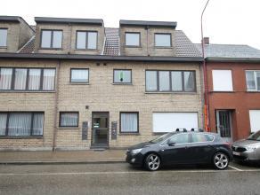 Dit 2 slaapkamer appartement is gelegen nabij het centrum van Stabroek. De ruime leefkamer op laminaat geeft toegang tot de aparte geinstaleerde keuke