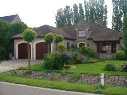 Mooie, praktisch ingedeelde laagbouw villa. Gelegen in een rustige omgeving met openbaar vervoer op 500m.