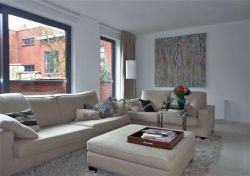 Modern ingericht appartement met hoogwaardige materialen gelegen op eerste verdieping en met ondergrondse berging. Rustige ligging en voorzien van all