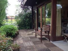 Mooie instapklare studio op het gelijkvloers met een romantische tuin en verschillende zithoekjes, prieeltjes en terrasjes. Groene vingers vereist ! D