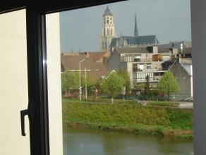 Luxueus appartement in Blok E met prachtig uitzicht op de Nete, de dijken en de Sint-Gummarustoren. Op wandelafstand van het centrum. Grote living in