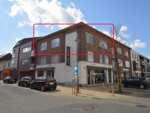 Zeer ruim en instapklaar 3 slk appartement van 120 m² op de 2de verdieping (zonder lift) in het centrum van Ranst, bestaande uit: inkomhal met ap