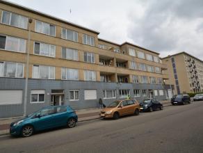 Ruim en instapklaar appartement (90 m²) met zeer veel lichtinval, gelegen op de 2de verdieping (zonder lift) en bestaande uit: inkomhal (10,5 m&s