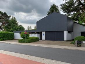 Riante villa met aangrenzende praktijkruimte op een goed bereikbare locatie te Wommelgem. De woning omvat een ruime inkomhal met apart toilet en vesti
