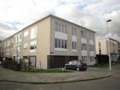 Zeer degelijk appartement (90 m²) met veel lichtinval, gelegen op de 1ste verdieping in een klein appartementsgebouw. Bestaande uit: riante leefr