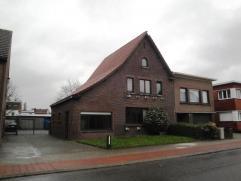 Te renoveren HOB op een perceel van 764 m² nabij Wommelgem centrum, bestaande uit: Inkomhal op tegels met toegang naar droge kelder; woonkamer (3