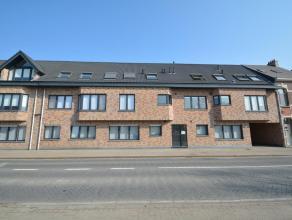 Recent dakappartement met ruim terras (25 m²), gelegen in het centrum van Broechem, bestaande uit: gemeenschappelijke inkomhal met lift; priv&eac