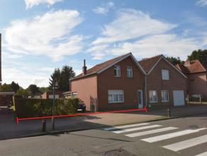 Volledig te renoveren, half open bebouwing of bouwgrond met een perceelsbreedte van ca. 12m50; bestaande uit: inkomhal; leefruimte/zithoek (32 m²