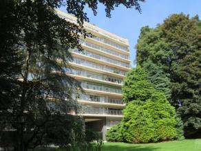 Dans un très beau parc, avec tennis et piscine intérieure, en bordure du bois de la Cambre très bel appartement dans immeuble de