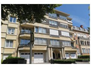 Avec une agréable vue sur le Bois de la Cambre, dans un bel immeuble Art Déco, appartement 2ème étage/4 de +/- 215 m2 r&ea