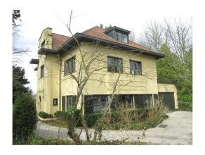 Ravissante villa de +/- 400 m² habitables avec très beau jardin de +/- 18 ares et châlet. Charme et lumière, belles et grande