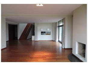 Agréable et chaleureuse demeure de +/- 300m² à deux pas du Lycée Français. Paysage de campagne. 4 chambres, 4 salles