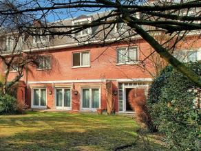 Dans une situation ultra privilégiée dans un calme absolu, dans un square privé très belle maison classique 1960 faisant p