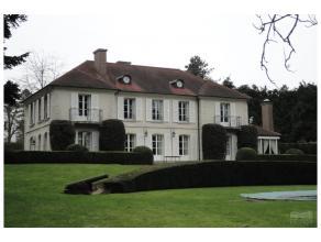 Dans le beau quartier résidentiel de Tervuren, belle villa de +/- 600 m² dans un beau parc avec piscine. Belles réceptions : bureau