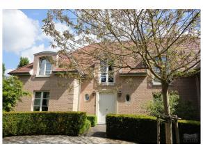 Dans le quartier recherché d'Hoogvorst, belle villa de +/- 500 mm² sur un terrain de 17 ares, PISCINE. Spacieuses réceptions de +/-