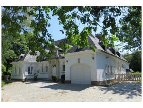 Très belle villa classique intégralement rénovée en 2015, surface habitable 430m², sise sur un beau terrain de 20 a o