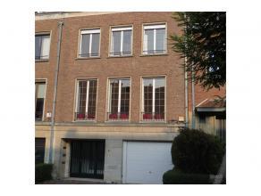 Très belle maison des années 50 construite par l'architecte Van Meulecom rénovée en 2007 de +/-- 350 m². Lumineuses r