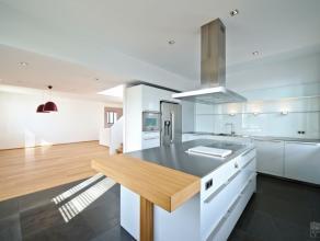 Splendide duplex penthouse de +/- 300 m² à proximité de la Forest de Soignes, composé dun séjour de +/- 80 m², s