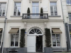 Dans le centre historique, entre la place de la Monnaie et la magnifique Galerie du Roi, dans un immeuble de style néo-classique intégra