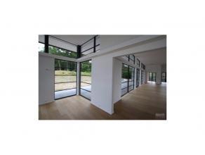Superbe villa contemporaine offrant près de 1000m² bâtis sur un terrain de +/- 25 ares. Hall d'entrée, salon de 180m², s