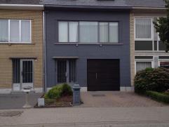 Bel-étage woonst in kindvriendelijke buurt met ingerichte keuken en badkamer, ruimewoonkamer, grote bergruimte, 3 slaapkamers,cv op gas en ruim