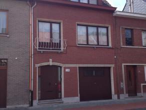 Centraal gelegen, ruime bel-étage met grote garage en technische ruimte, grote woonkamer,ingerichte keuken en badkamer, 3 slaapkamers, CV op ga