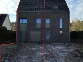 Af te werken half open bebouwing met 2 slaapkamers, grote tuin en garage!