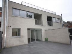Gezellig nieuwbouw gelijkvloers appartement met 2 slaapkamers, terras met verharde tuin, garage en kelder