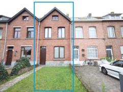 Gunstig gelegen rijwoning met 3 slaapkamers te Mechelen.  Deze woonst omvat op het gelijkvloers: inkomhal, woonkamer, eetkamer, keuken, veranda, bad