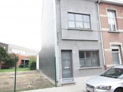 Volledig gerenoveerde woning met 3 slaapkamers en stadstuin in de nabijheid van scholen, winkels, ziekenhuis, station, wandelpark,... Toplocatie!!!