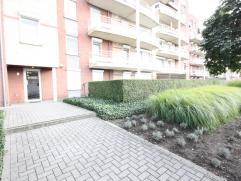 Mooi gelijkvloers appartement met 2 slaapkamers, groot terras (tuin), 2 kelders en een overdekte auto staanplaats.   Op wandelafstand van het centru