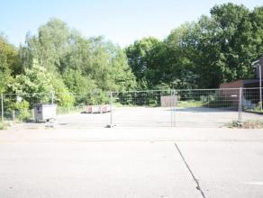 Twee zuid georiënteerde bouwgronden van elk ruim 4 are. Elk van de percelen is geschikt voor half open bebouwing. Vlakbij wandeldijk, park, centr