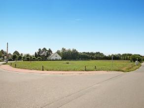Residentieel gelegen bouwgrond voor open bebouwing op een perceel van 1615 m².<br /> <br /> Bouwvoorschriften:<br /> - Voorgevelbreedte: 22,30 me