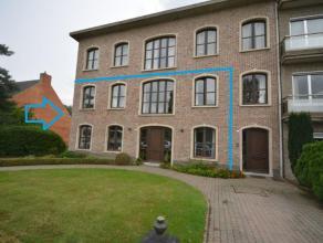 Zeer ruime woonst met 6 slaapkamers, grote afgewerkte kelder, garage voor 3 à 4 wagens en tuin op 1067 m² grond. Zeer centraal gelegen en