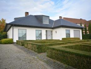Ruime & verzorgde gelijkvloers-villa met 3 slaapkamers, op een perceel van 1500 m².  De woning omvat inkomhal met toilet, leefruimte bestaa